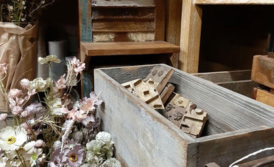 Holzkiste mit Holuteilen