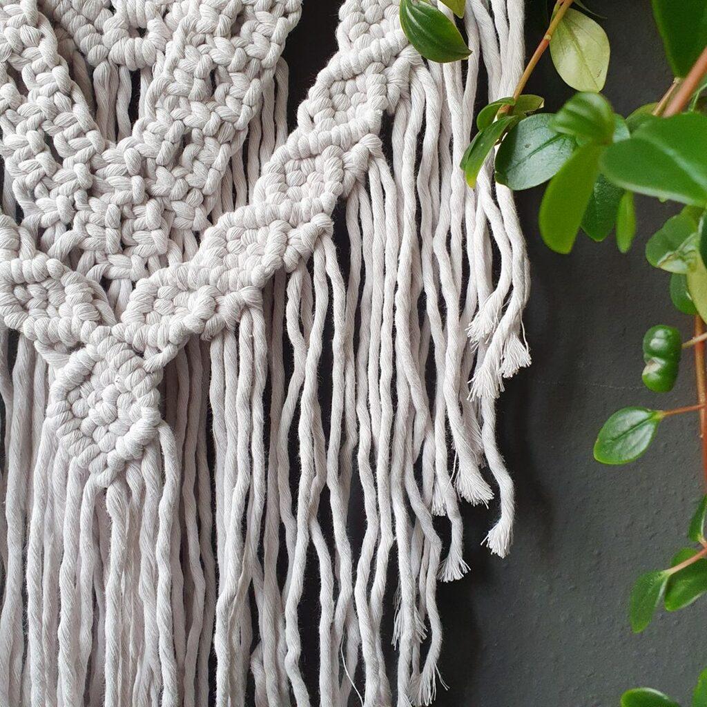 Wandbehang aus makramee in Natur