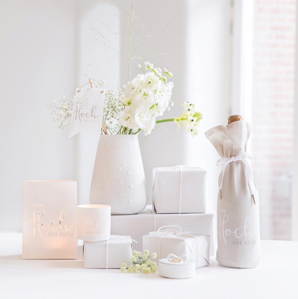 Windlichter, Sektflaschen und Geschenkschachtel zur Hochzeit