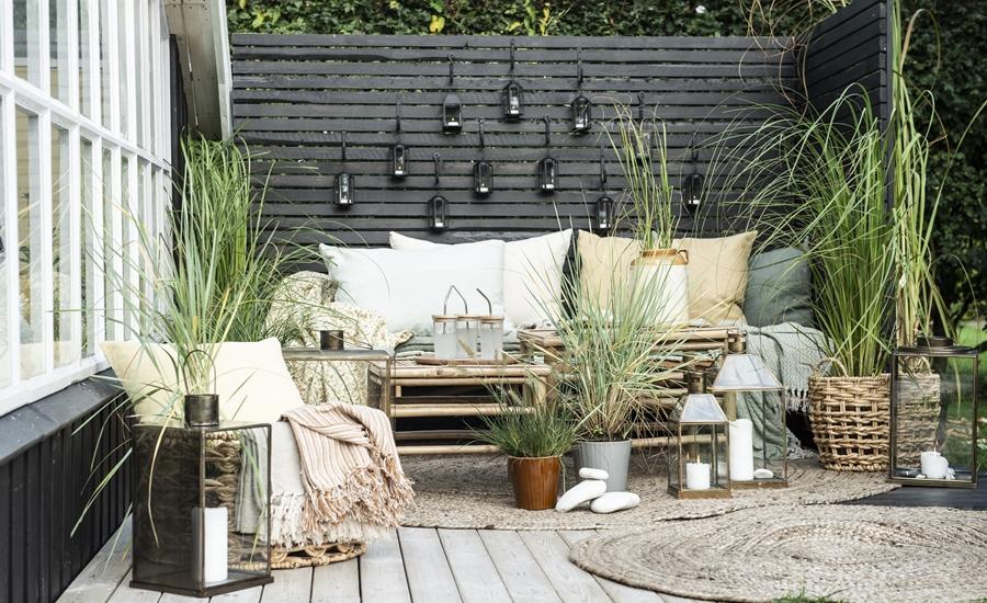 Terrassenplatz vor einer Holzwand