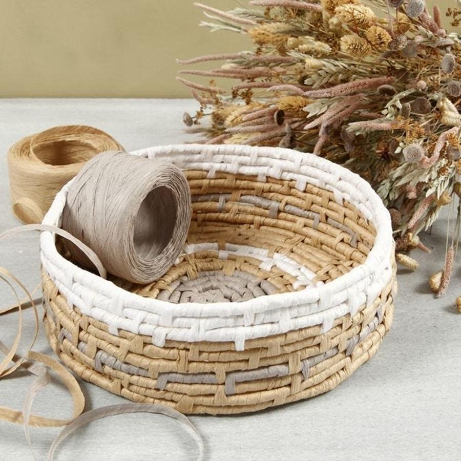 Korb aus Papierbast in Naturtönen