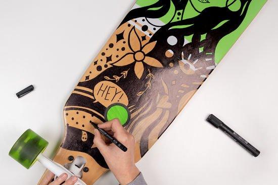 Ein Longboard wird bemalt