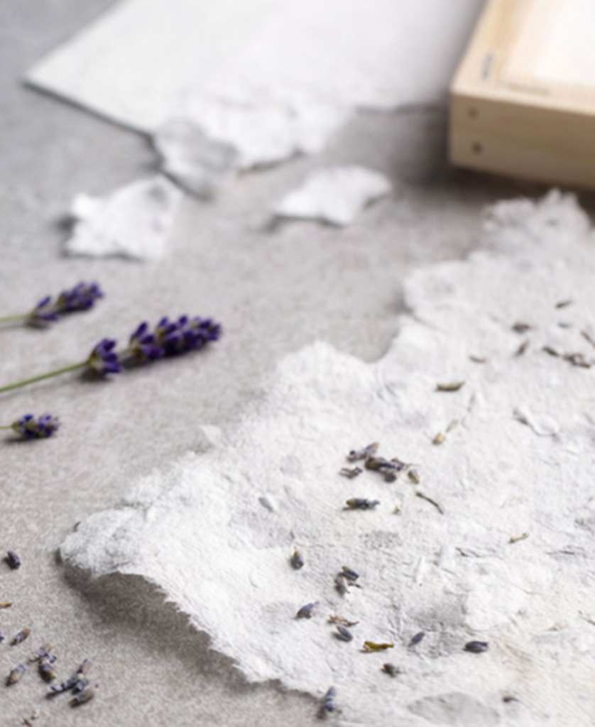 Naturpapier mit Lavendel