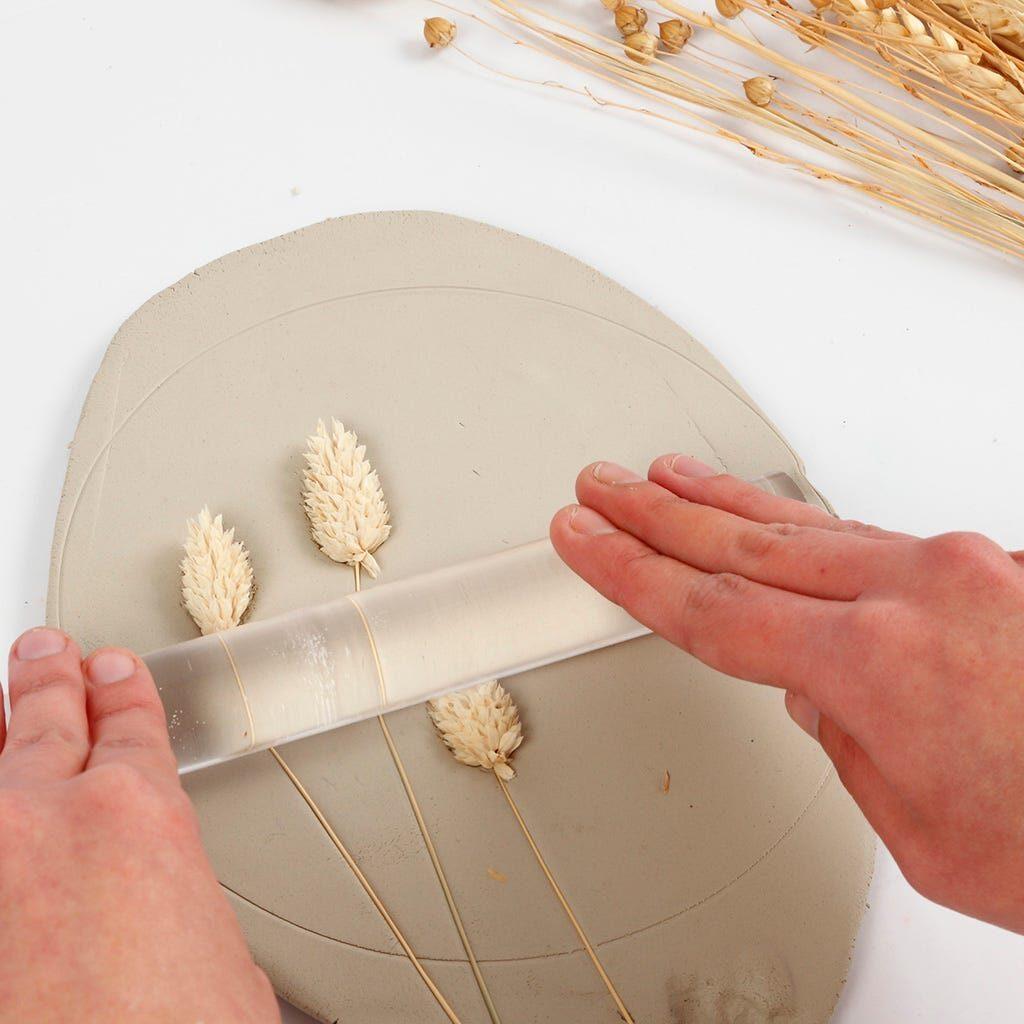 Gräser werden in Modelliermasse eingerollt