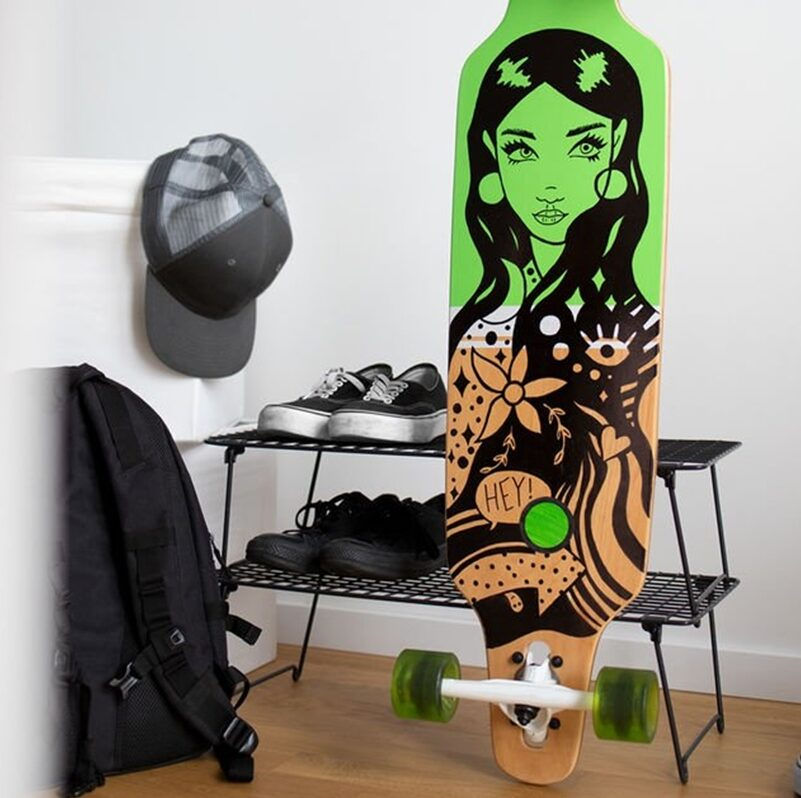 Longboard vor einem Schuhregal