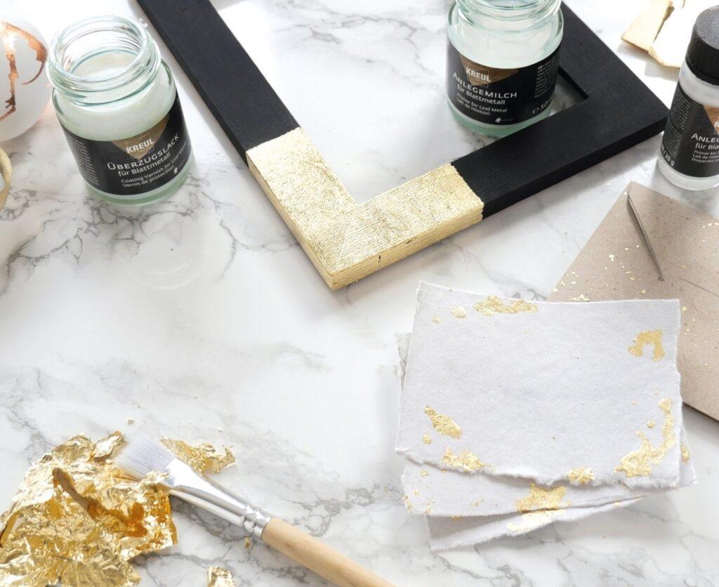 Blattmetall in gold auf einemm rahmen