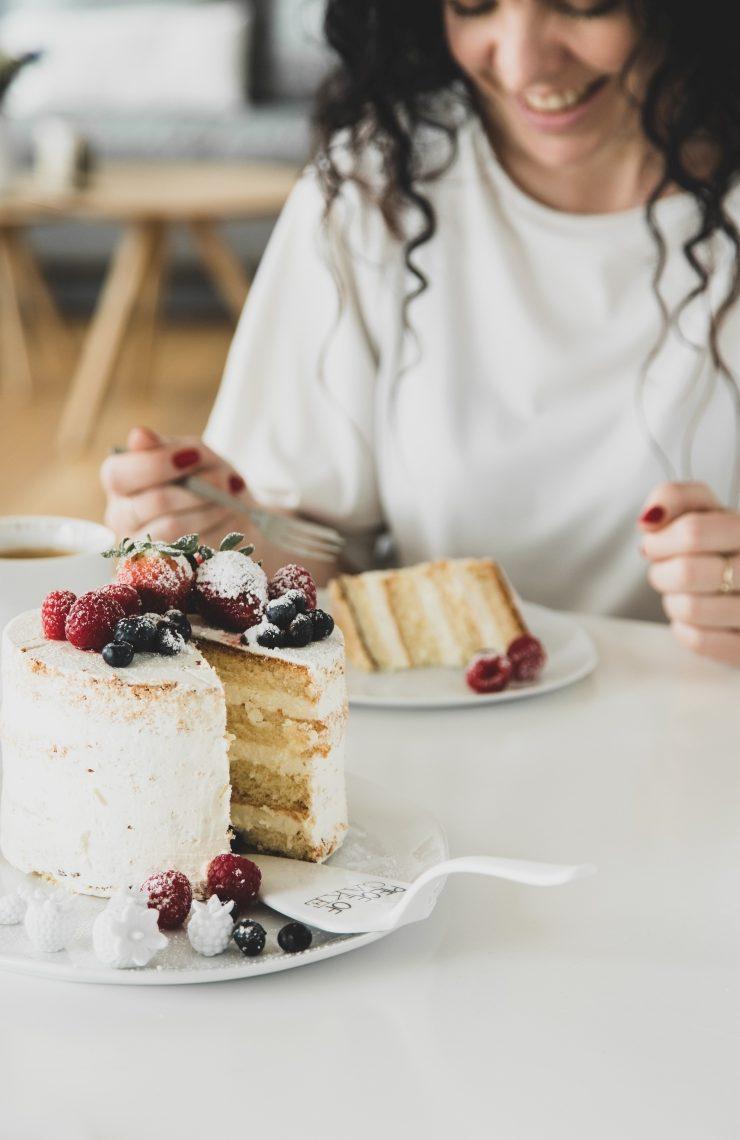Frau beim Essen von Torte
